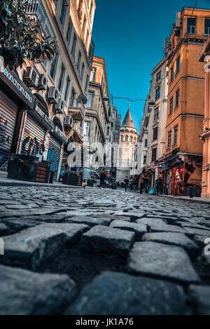 Vista della vecchia strada stretta con la Torre di Galata(turco: Galata Kulesi)chiamato Cristo torre genovese da Foto Stock
