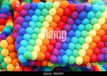 Tessili palle colorate sullo sfondo nei colori dell'arcobaleno