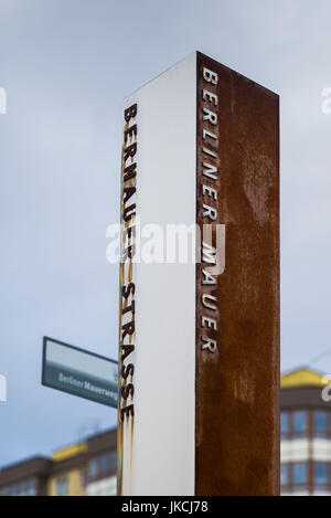 Germania, Berlino Prenzlauer Berg, Memoriale del Muro di Berlino, segnaletica Foto Stock