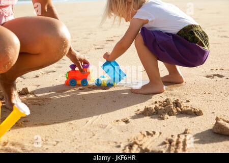 Spagna fuerteventura, madre e figlia giocando sulla spiaggia Foto Stock