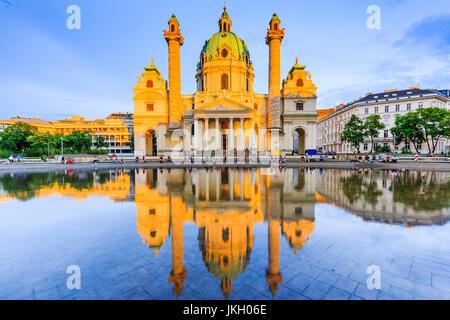 Vienna, Austria. San Carlo, la Chiesa (Karlskirche) al tramonto. Foto Stock