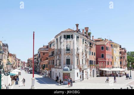 Via Giuseppe Garibaldi, Castello, Venezia, Italia con John Cabot Casa nel centro e una vista lungo la Riva dei Sette Foto Stock