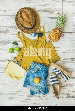 Coloratissima moda estate outfit flat-lay su sfondo pastello Foto Stock