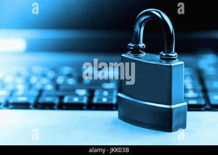 Il computer e la sicurezza online con tastiera e lucchetto Foto Stock