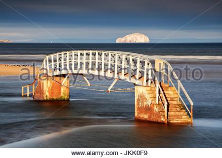 Il ponte a nulla dalla riva di Belhaven bay con il Bass rock in distanza, Dunbar, North Berwick. Foto Stock