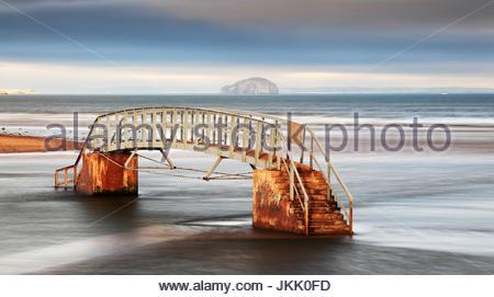 Il ponte a nulla dalla riva di Belhaven bay con il Bass rock in distanza, Dunbar, North Berwick.