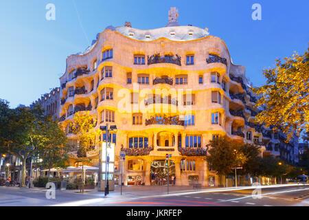 Casa Mila di notte, Barcellona, Spagna Foto Stock