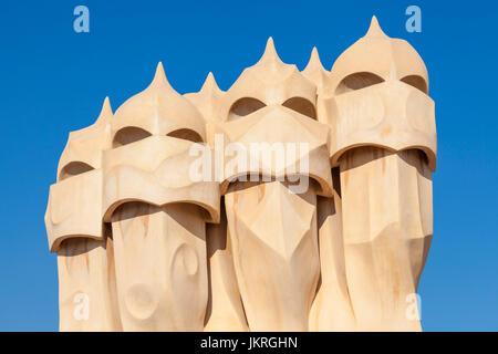 Barcellona Catalunya Barcellona Spagna La Pedrera Barcellona Casa Mila Barcellona camini sul tetto dell'architetto Foto Stock