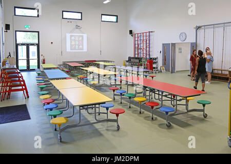 Interno della sala principale in una nuova costruzione Londra Scuola primaria. Mostra la piegatura tabelle stabilite Foto Stock