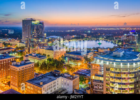 Orlando, Florida, Stati Uniti d'America lo skyline di antenna verso Lake Eola.
