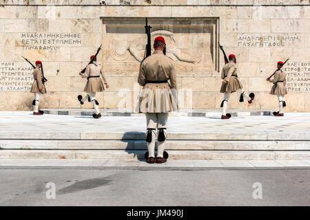 Cambio della guardia di fronte al parlamento greco edificio, Atene, Attica, Grecia Foto Stock