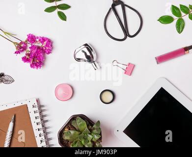 Piccolo, grazioso accessori su sfondo bianco, laici piatta