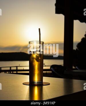 Bicchiere di gin tonic al tramonto