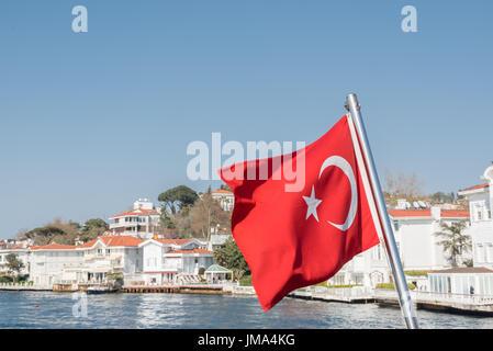 Vista del Bosforo ,Costa e baia mare dal traghetto con bandiera turca nel vento, Beykoz ad Istanbul in Turchia.ISTANBUL/Turchia Foto Stock