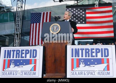 New York, NY - Novembre 11, 2008 -- Il Presidente degli Stati Uniti George Bush offre un commento a un veterano della Giornata della cerimonia di riconsacrazione della Intrepid Sea, Air & Space Museum a New York City il Martedì, Novembre 11, 2008. Credito: Giovanni Angelillo - Piscina via CNP Foto Stock