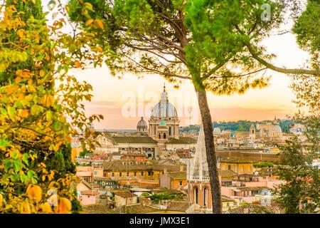 La basilica di san Pietro al tramonto visto dal Pincio nei giardini di Villa Borghese, Roma, lazio, Italy Foto Stock