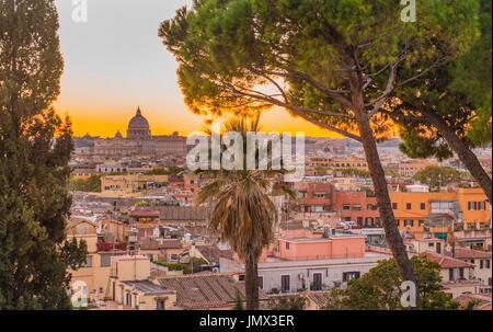 Paesaggio con la basilica di san Pietro sullo sfondo si vede dal Pincio nei giardini di Villa Borghese, Roma, lazio, Foto Stock