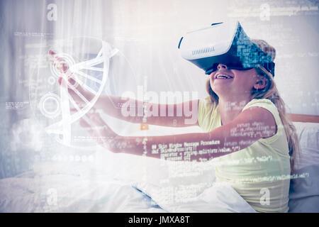 Illustrazione del DNA contro la ragazza utilizzando la realtà virtuale simulatore sul letto Foto Stock
