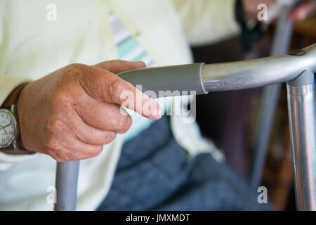 WWW.IANGEORGESONPHOTOGRAPHY.CO.UK Immagine: pensionati, titolare di pensione o di rendita, Zimmer Frame, mobilità, Foto Stock