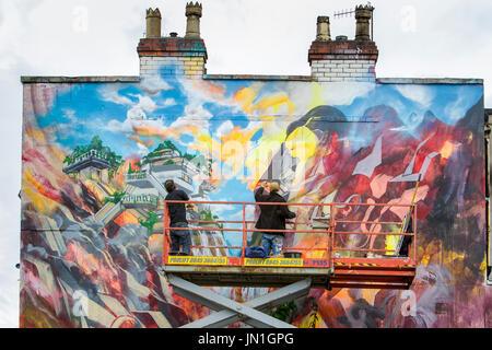 Bristol, Regno Unito. 29 Luglio, 2017. Gli artisti si Barrass e Xenz sono illustrati come creano il loro murale Foto Stock