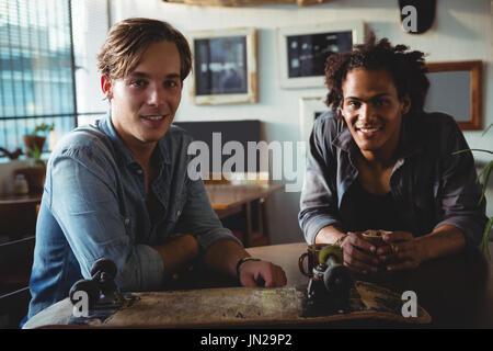 Ritratto di felice gli amici sorseggiando un caffè al ristorante