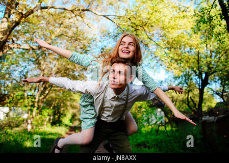 Ritratto di coppia felice alzando le mani in aria aperta. Foto Stock