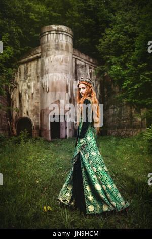 Ritratto di un bel rosso con capelli donna in verde Vestito medievale Foto Stock