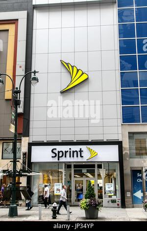 La gente a piedi da un negozio Sprint in Manhattan. Foto Stock