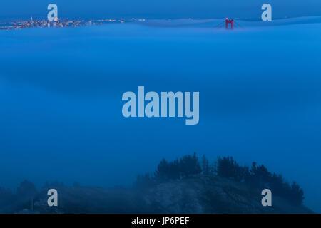 Coperto nebbia la Baia di San Francisco e il Golden Gate Bridge, CALIFORNIA, STATI UNITI D'AMERICA