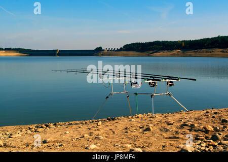 Le avventure di pesca. La pesca Bite alarm, rod pod, canna da pesca per la pesca con la tecnica del carpfishing Foto Stock