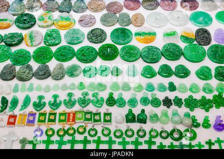 Cina, Hong Kong, il Mercato Stanley, visualizzazione dei gioielli di giada Foto Stock