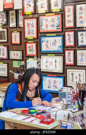 Cina, Hong Kong, il Mercato Stanley, Dimostrazione di calligrafia Foto Stock
