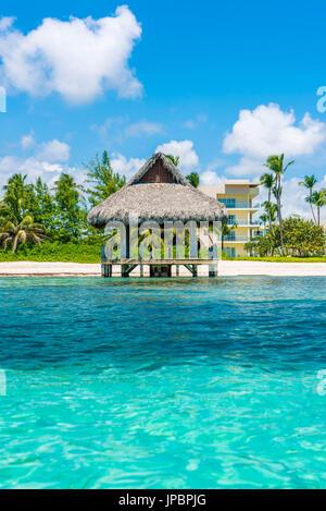 Playa Blanca, Punta Cana, Repubblica Dominicana, Mar dei Caraibi. Capanna con il tetto di paglia sulla spiaggia.
