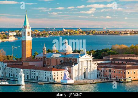 Vista della antica chiesa di San Giorgio Maggiore con il Lido di Venezia in background Veneto Italia Europa Foto Stock