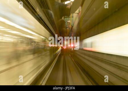 Metro treno arrivando alla stazione della metropolitana in una sfocatura del movimento Foto Stock