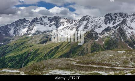 Passo Gavia vista in luglio con montagne innevate Foto Stock