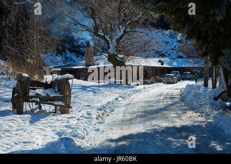 Carro, Danseys Pass autobus Inn (1862) e in inverno la neve, Danseys Pass di Central Otago, Isola del Sud, Nuova Foto Stock