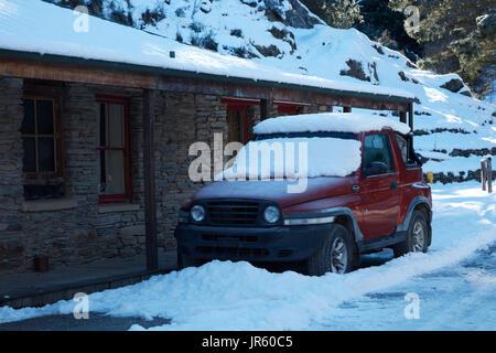 4wd parcheggiata nella neve fuori Danseys Pass autobus Inn (1862), Danseys Pass di Central Otago, Isola del Sud, Foto Stock