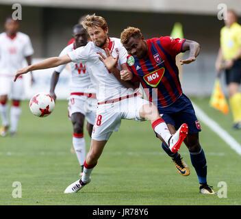 Felcsut, Ungheria. Il 3 agosto, 2017. Ezechiele Henty (R) del Videoton FC combatte per la palla con Jaroslav PLASIL Foto Stock