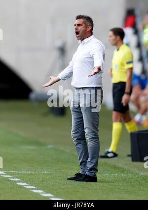 Felcsut, Ungheria. Il 3 agosto, 2017. Head Coach Jocelyn Gourvennec di FC Girondins de Bordeaux è insoddisfatto Foto Stock