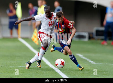 Felcsut, Ungheria. Il 3 agosto, 2017. Asmir Suljic (R) del Videoton FC compete per la sfera con Youssouf Sabaly Foto Stock