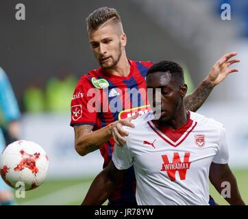 Felcsut, Ungheria. Il 3 agosto, 2017. Roland Szolnoki (L) del Videoton FC compete per la sfera con Alexandre Mendy Foto Stock