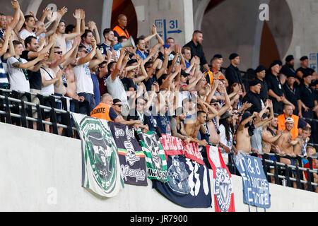 Felcsut, Ungheria. Il 3 agosto, 2017. L'ultra fan di FC Girondins de Bordeaux guardare la partita durante la UEFA Foto Stock