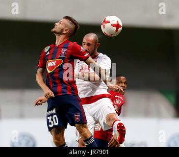 Felcsut, Ungheria. Il 3 agosto, 2017. Roland Szolnoki #30 del Videoton FC e Loic Nego (R) del Videoton FC battaglie Foto Stock