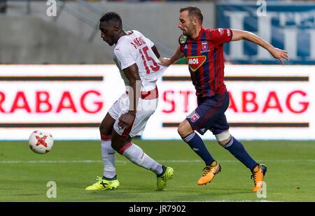 Felcsut, Ungheria. Il 3 agosto, 2017. Attila Fiola (R) del Videoton FC tenta di arrestare Alexandre Mendy #15 di Foto Stock