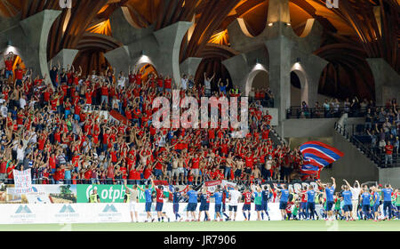 Felcsut, Ungheria. Il 3 agosto, 2017. I sostenitori del Videoton FC celebrare la vittoria con la loro squadra dopo Foto Stock