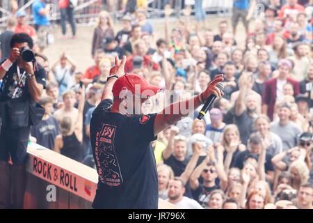 Kostrzyn, Polonia. Il 3 agosto, 2017. Jurek Owsiak, fondatore del Festival e il conduttore durante la XXIII Festival Foto Stock