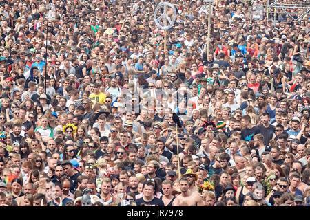 Kostrzyn, Polonia. Il 3 agosto, 2017. Di fronte alla folla il XXIII Festival di Woodstock Polonia cerimonia di apertura. Foto Stock