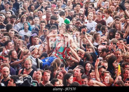 Kostrzyn, Polonia. Il 3 agosto, 2017. Le persone aventi il divertimento a un concerto sulla XXIII Festival di Woodstock Foto Stock