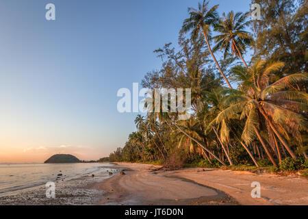 Tramonto colorato a Nathon Spiaggia, Porto di Laem Yai, Koh Samui, Thailandia Foto Stock